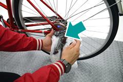 自転車のスタンドへ注油